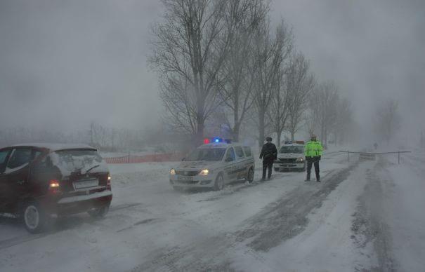 România sub zăpadă! O autostradă și 17 drumuri naționale afectate de nămeți!