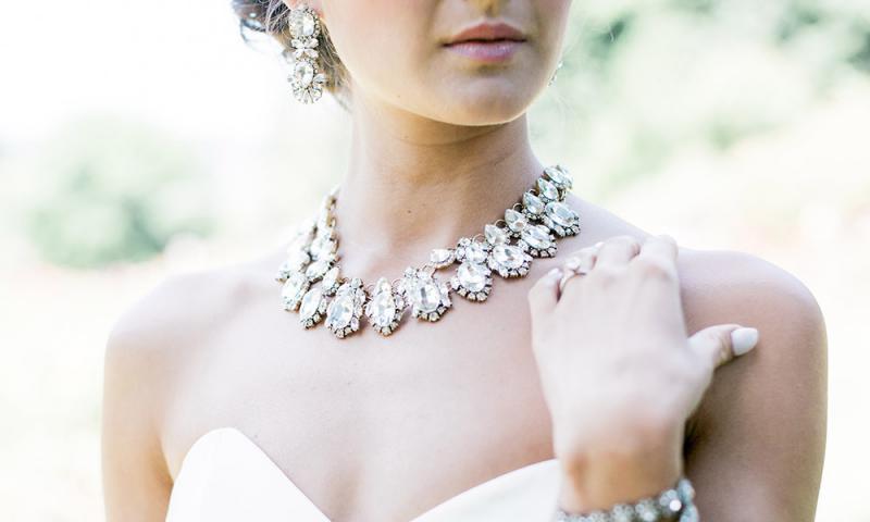 Simte-te ca o adevarata printesa in ziua nuntii tale! Alege cel mai frumos set de bijuterii din argint de la Janette.ro