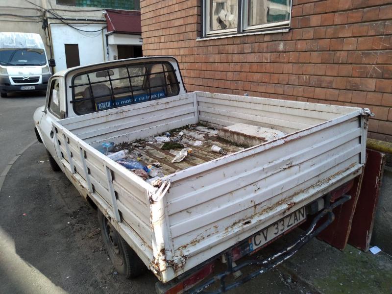 Mașină abandonată de aproape un an langă blocul M5