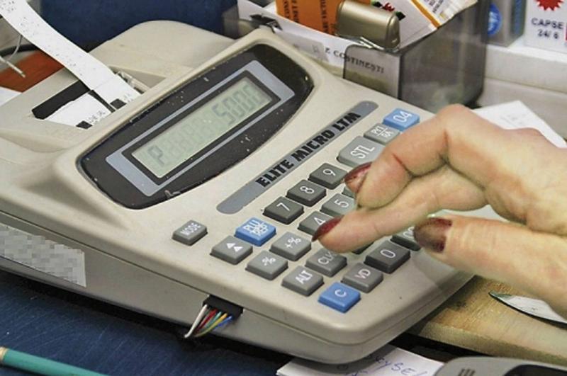 Comercianții fără case de marcat cu jurnal electronic scapă deocamdată de amenzi