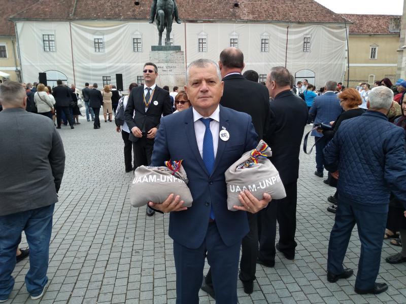 Patrioții din Basarabia au adus saci cu pământ la Alba Iulia