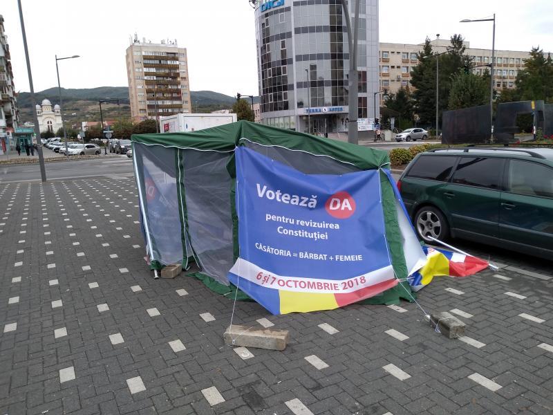 """Cortul """"Votează DA la referendum"""" de pe bulevardul Transilvaniei, pus la pământ (foto)"""