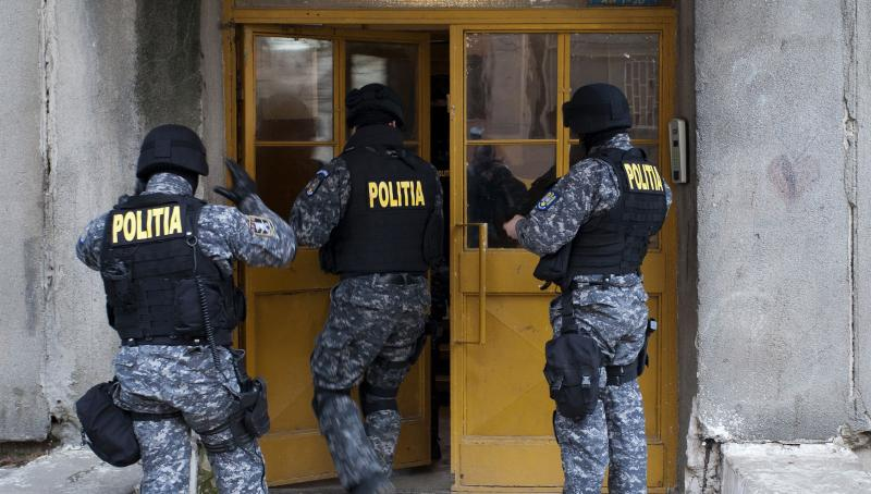 """UPDATE 14 moți, """"săltați"""" de polițiști după ce au furat motorină de la Cupru Min Abrud"""