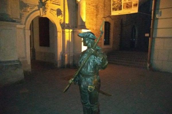 Caz nou de vandalism. Soldatul de bronz de la Poarta a III-a a rămas iar fără baionetă (foto)