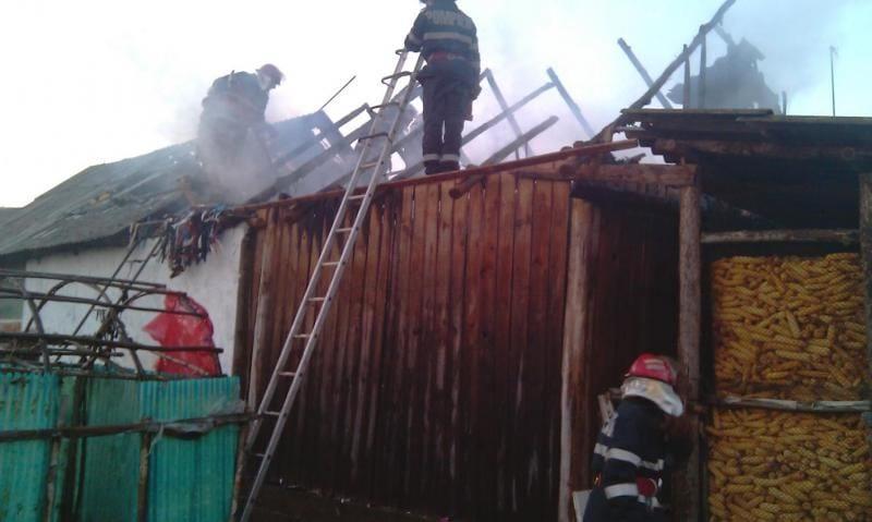 Două adăposturi de animale, o anexă și 1,5 tone de fân mistuite de foc la Poșaga