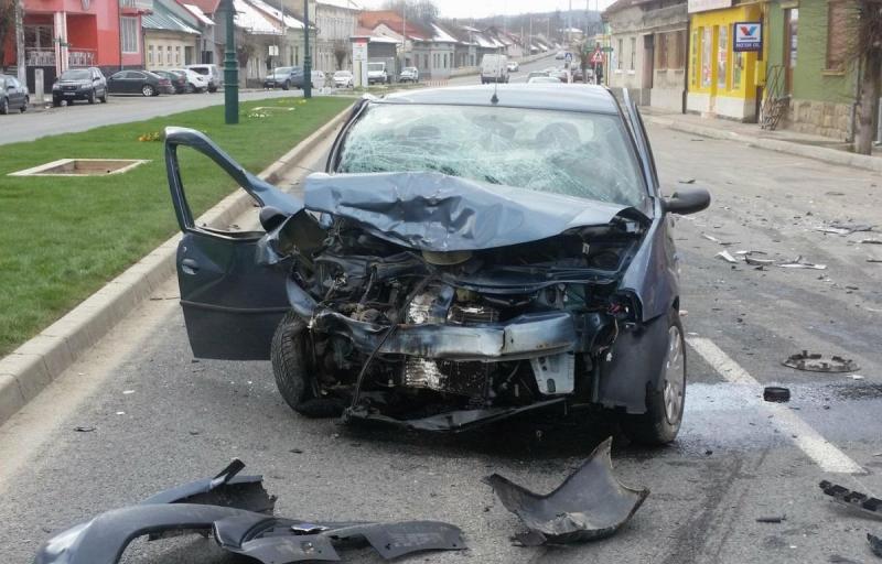 Un bărbat din Sebeș a provocat un accident rutier după ce a urcat beat și fără permis la volanul unei mașini furate