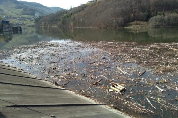 APUSENI - Lacul de acumulare al barajului de la Mihoiești colcăie de gunoaie