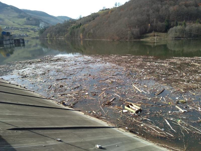APUSENI – Lacul de acumulare al barajului de la Mihoiești colcăie de gunoaie