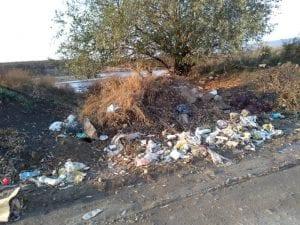 Groapă de gunoi neautorizată pe malul Mureșului, la ieșire din Alba Iulia (foto)