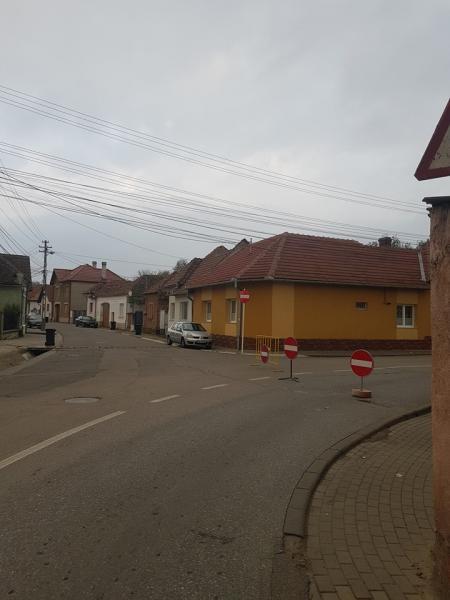 Șoferii din Sebeș, nemulțumiți de amplasarea semnelor de circulație de pe strada Decebal (foto)