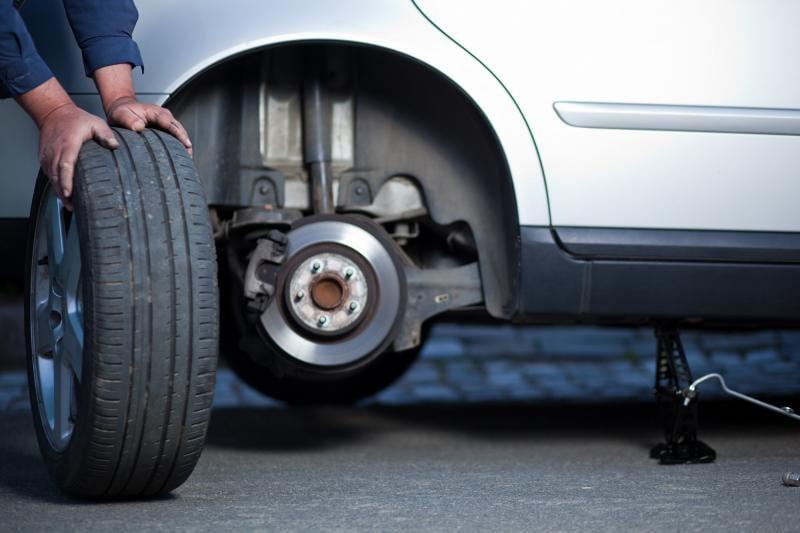 Amenzi mari pentru șoferii care circulă cu anvelope de vară pe drumuri acoperite de zăpadă, gheaţă sau polei