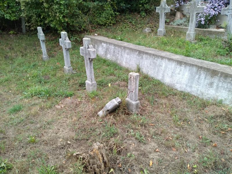 Cruci de beton rupte la Cimitirul Eroilor din Alba Iulia (foto)
