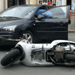 Coliziune moped-autoturism la Vinerea
