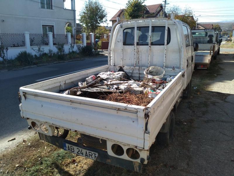 Camionetă părăsită, cu bena plină de gunoi, în Alba Iulia (foto)
