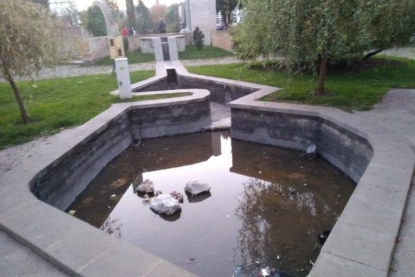 Fântâna arteziană din Parcul Chinezesc, folosită pe post de tomberon