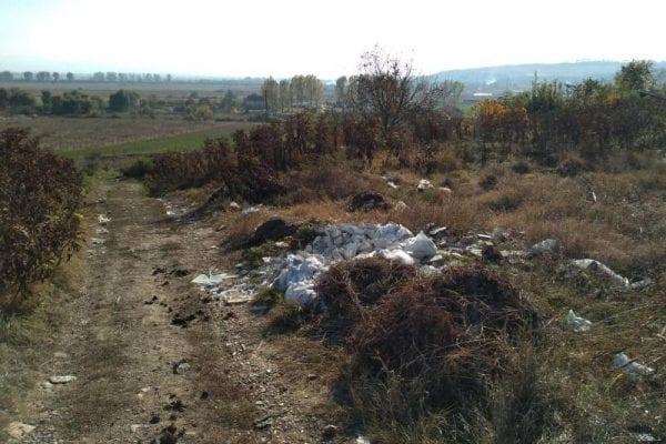 Gunoaie și moloz în capătul străzii Ion Lăncrănjan din Alba Iulia (foto)