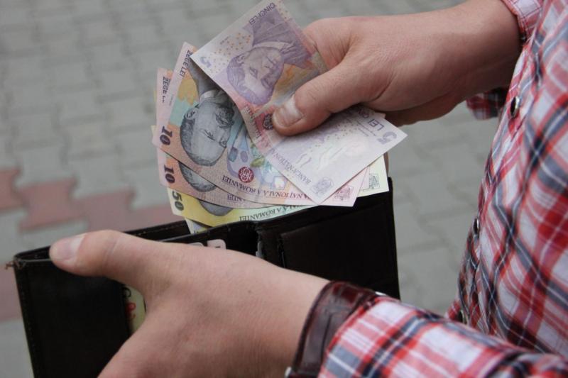 Salariul mediu net din luna august a scăzut cu 39 lei față de luna iulie