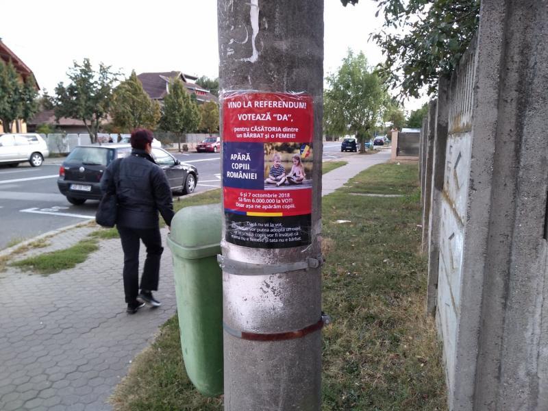 """Afișe cu """"Votează DA la referendum"""" lipite în locuri neautorizate"""