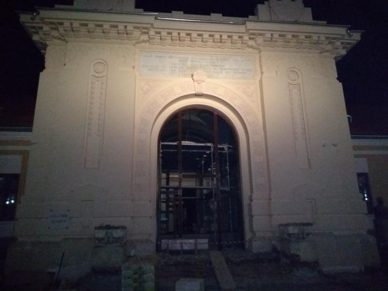 Sala Unirii din Alba Iulia, păzită pe timp de noapte de o … panglică???