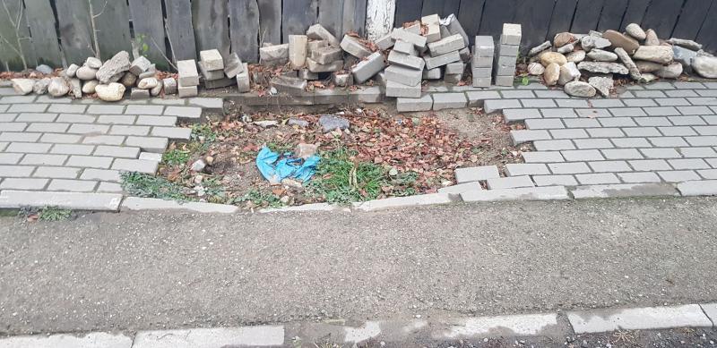 Sebeș – A crescut iarba într-o groapă rămasă după o lucrare de reparație a țevilor de apă (foto)
