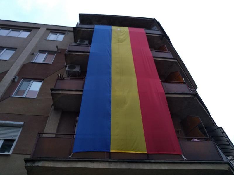 """Drapel tricolor uriaș arborat pe blocul de lângă cinematograful """"Dacia"""" din Alba Iulia (foto)"""