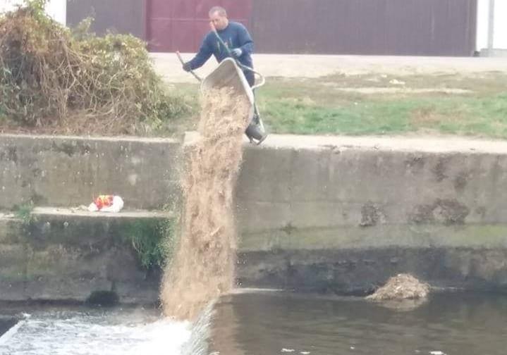 Râul Sebeș batjocorit de localnici.