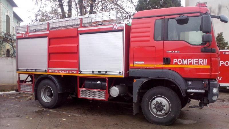 Autospecială de pompieri în misiune, acroșată de o șoferiță imprudentă din Gârbova pe DN 1