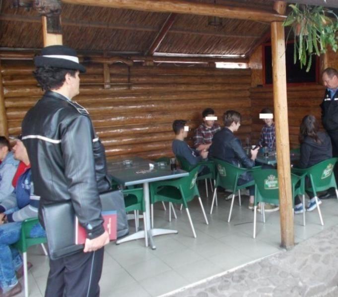 ALBA – Acțiune a IPJ Alba împotriva absenteismului şcolar. 129 de chiulangii găsiți în baruri în timpul cursurilor
