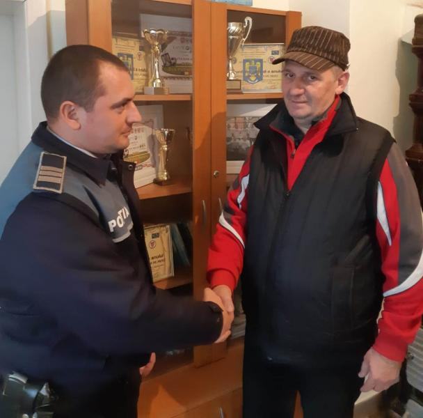 Baia de Arieș – Un bărbat a predat poliției un telefon mobil găsit într-o parcare