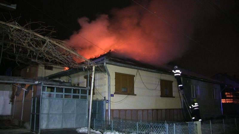 Sebeș – Incendiu în miez de noapte la acoperișul unei case