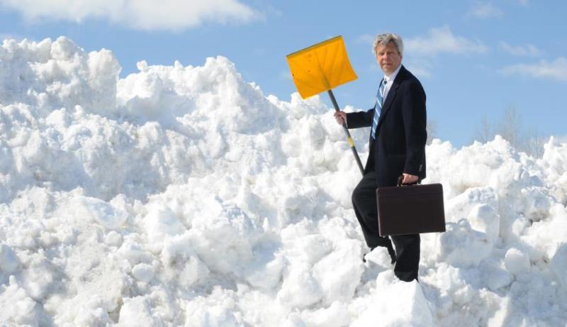 Un albaiulian și-a somat banca la care are credit imobiliar să îi curețe trotuarul de zăpadă