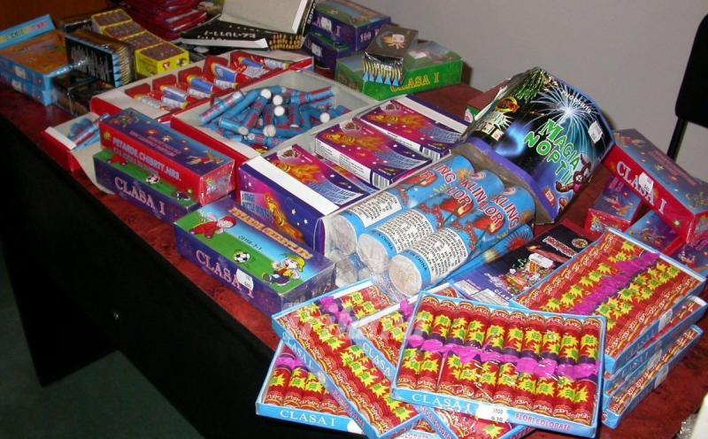 Dosare penale pentru doi tineri care vindeau ilegal petarde și artificii