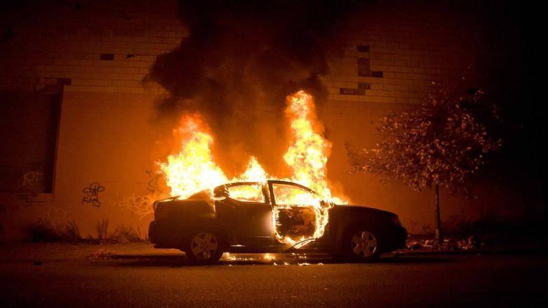 Două autoturisme și un tomberon, mistuite de flăcări