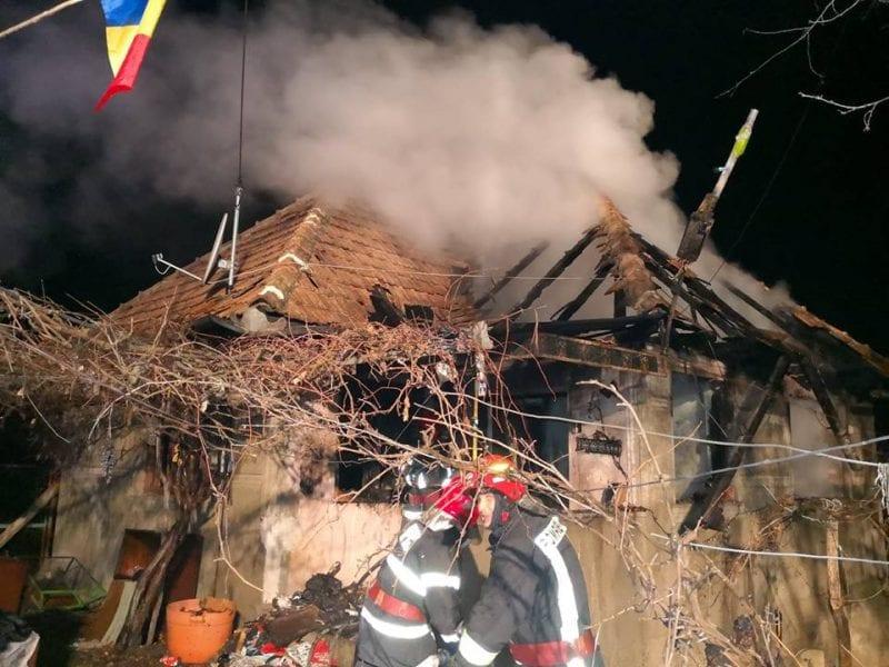 Casă cuprinsă de flăcări în satul Cetea (foto)
