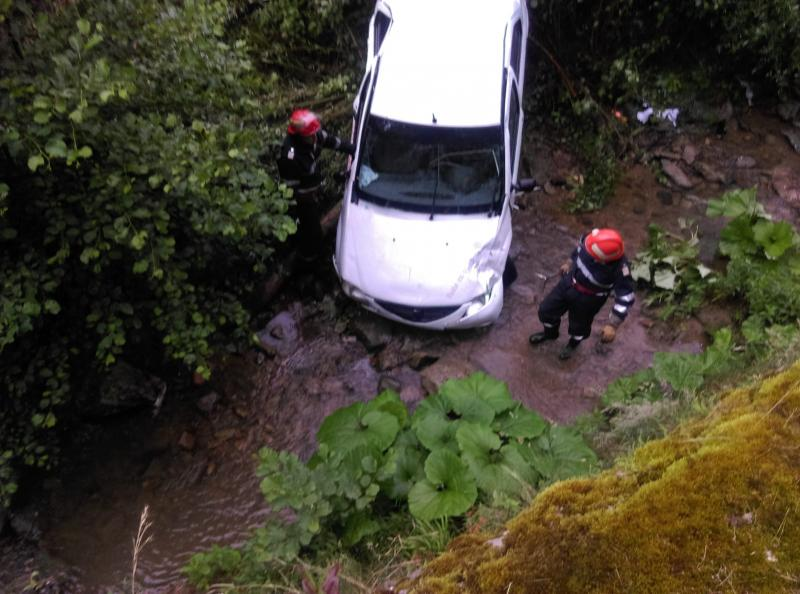 Unirea – Un șofer a ajuns cu mașina în albia unui pârâu
