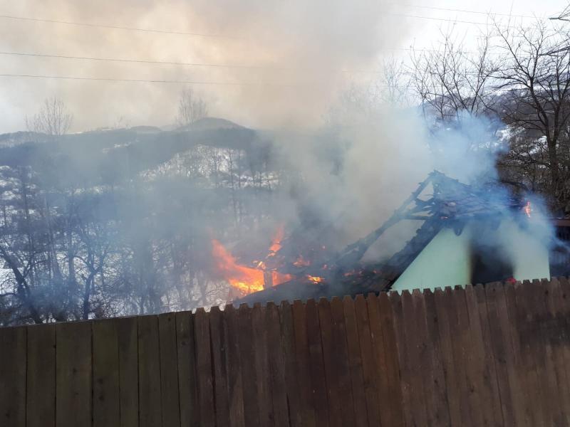 Poiana Ampoiului – UPDATE Incendiu la acoperișul unei case (foto)