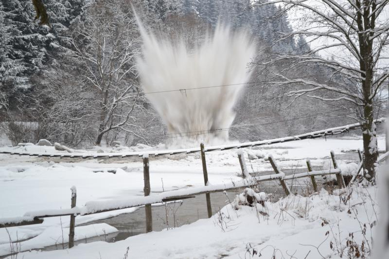 Arieșeni – Traficul rutier a fost oprit din cauza unor detonări de zăpadă