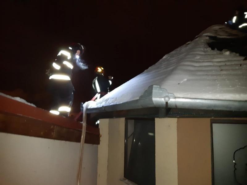 Aiud – Acoperișul unui restaurant a fost cuprins de flăcări (foto)