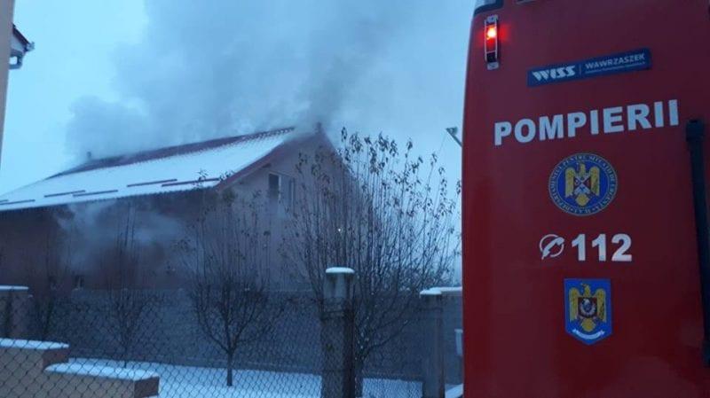 Alba Iulia – Acoperișul unei case de pe strada Muncel a fost cuprins de flăcări