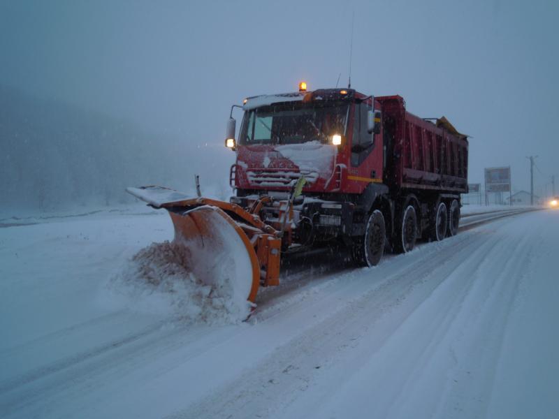 Intervenții pe drumurile din județ blocate de căderile masive de zăpadă