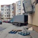 Sebeș - Pericol! Un aparat frigorific stă să cadă de pe peretele unui supermarket