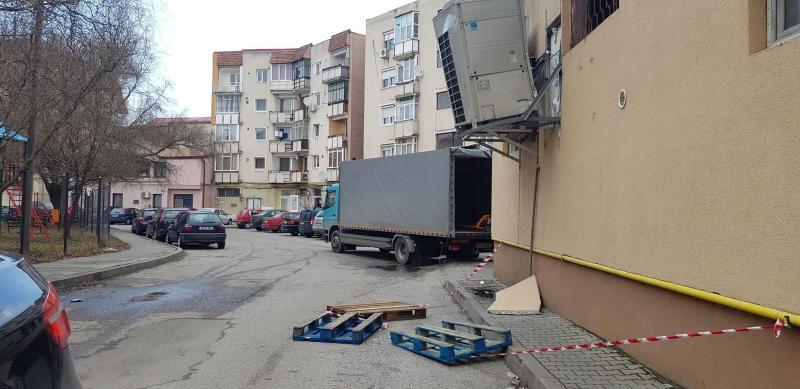 Sebeș – Pericol! Un aparat frigorific stă să cadă de pe peretele unui supermarket