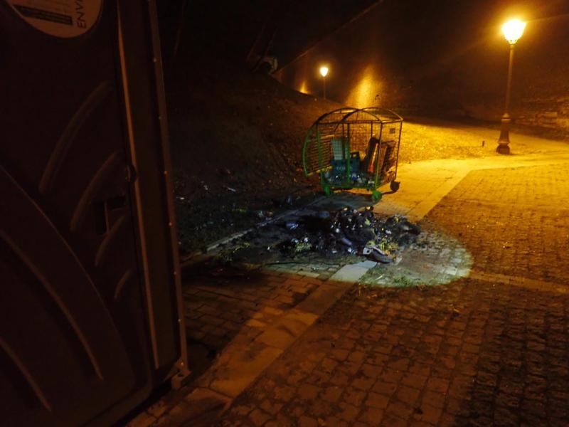 Alba Iulia – Un individ a dat foc mai multor containere de gunoi din Cetatea Alba Carolina (foto)