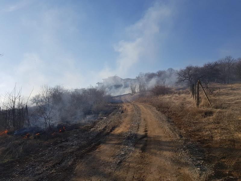 Alba Iulia – Incendiu de vegetație uscată pe strada Rojomal