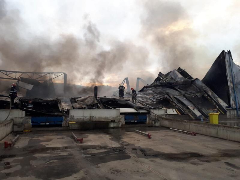 Fabrica Solina (fostă Supremia) arde de mai bine de 26 de ore