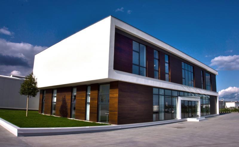 Compania Savini Due va utila cu mobilier de baie și accesorii în valoare de 350000 lei unitățile de învățământ din județul Alba