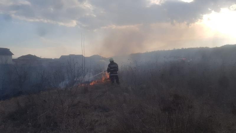 Alba Iulia – Incendiu de vegetație uscată pe strada Calea Moților