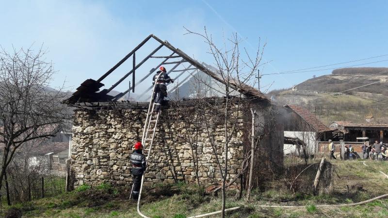 Gârbova de Sus – O anexă gospodărească din localitate a luat foc (foto)