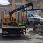 Alba Iulia - Mașină ridicată din centrul municipiului pentru parcare neregulamentară (foto și video)