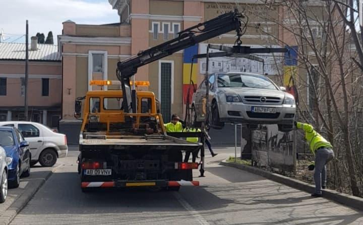 Alba Iulia – Mașină ridicată din centrul municipiului pentru parcare neregulamentară (foto și video)